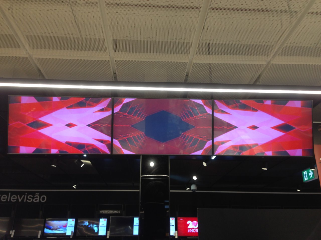 Video wall chained